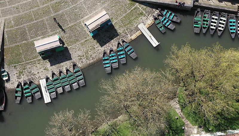Vue de drone locations de barque